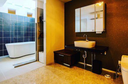 美濃加茂の匠建の脱衣所と浴槽
