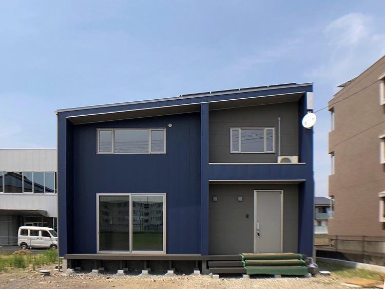 美濃加茂の匠建、ブルーの外観
